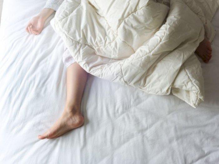 Coba Keluarkan Satu Kaki dari Selimut agar Tidurmu Lebih Nyenyak