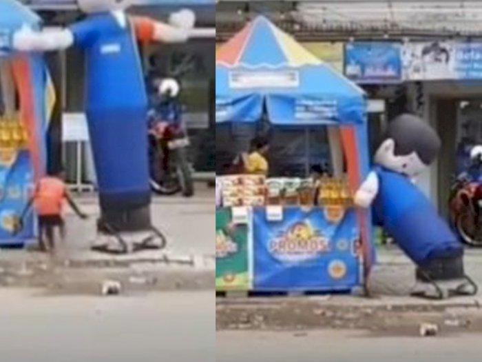 Bikin Ngakak! Dua Bocah Ini Isengin Balon Sky Dancer Minimarket Sampai Letoy