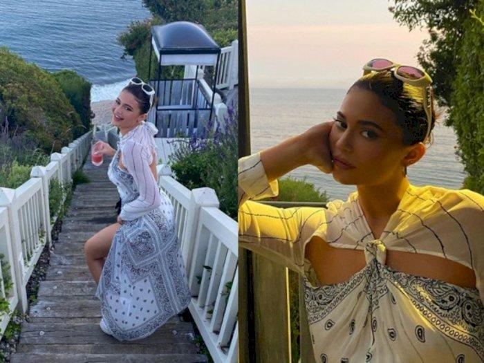 Pergi Liburan, Kylie Jenner Tampil Memukau dengan Dress Bandana Rancangan Dion Lee