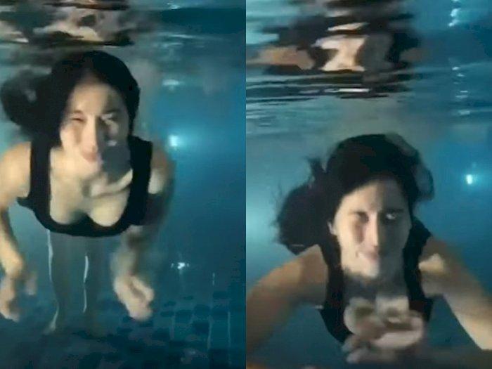 Seram, Ada Sosok Misterius Muncul di Belakang Cewek Ini saat Berenang