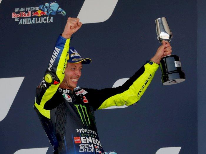 FOTO: Wajah Bahagia Valentino Rossi saat Naik ke Podium Lagi