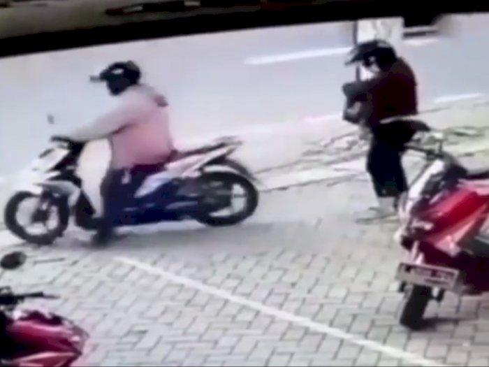 Laki-laki Ini Pergi Begitu Saja Tancap Gas Sepeda Motor, Tak Sadar Boncengannya Belum Naik