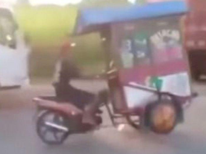 Aduh! Pria Ini Lakukan Oleng Gerobak Motor Jualan Saat Melaju