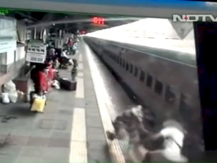 Video Detik-detik Penumpang Nyaris Tergilas Kereta Api, Berhasil Diselamatkan Satpam