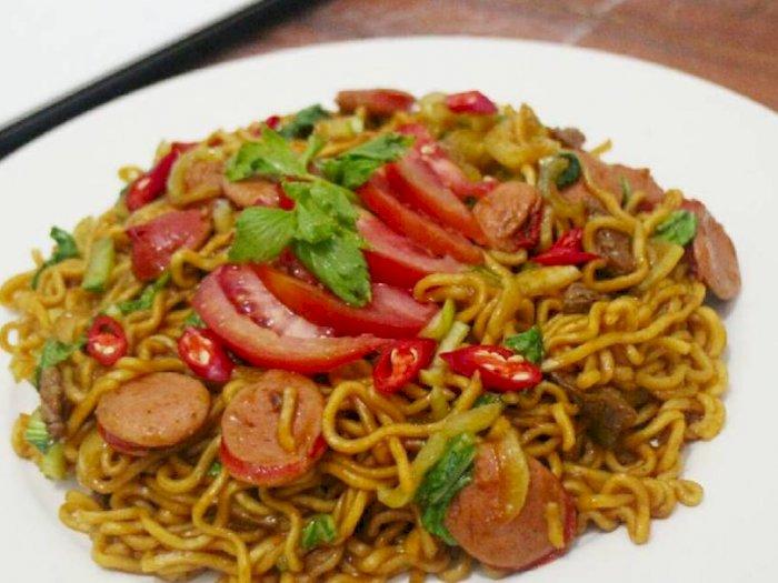 Resep Mie Goreng Sosis Pedas Buat Atasi Lapar di Malam Hari
