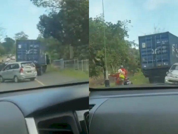Diduga Rem Blong, Truk Kontainer Ini Mundur dan Hantam Tiga Mobil di Belakangnya