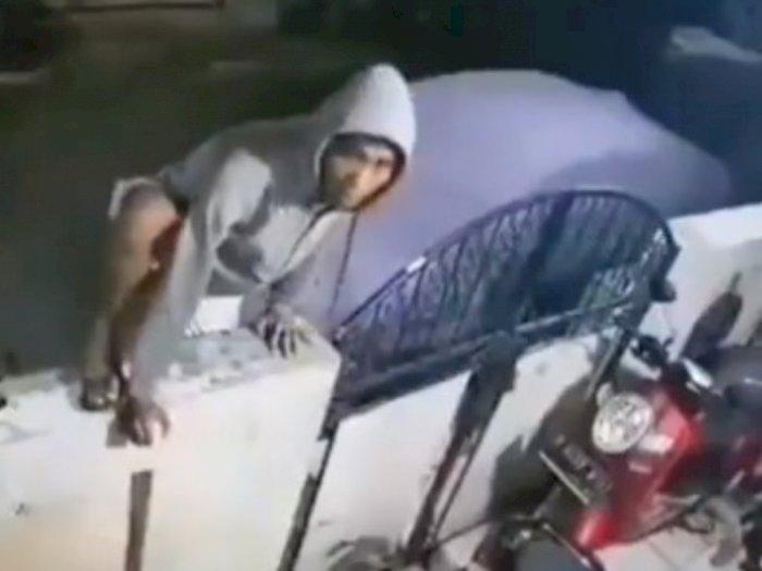 Kocak! Sudah Panjat Pagar, Maling Ini Auto Turun saat Lihat CCTV