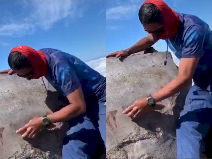 Salut! Pria ini Gotong Royong Bersihkan Coretan yang Ada di Gunung Agung