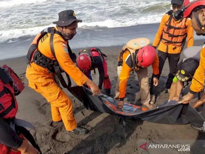 FOTO: Pencarian Wisatawan Hanyut di Pantai Goa Cemara Bantul