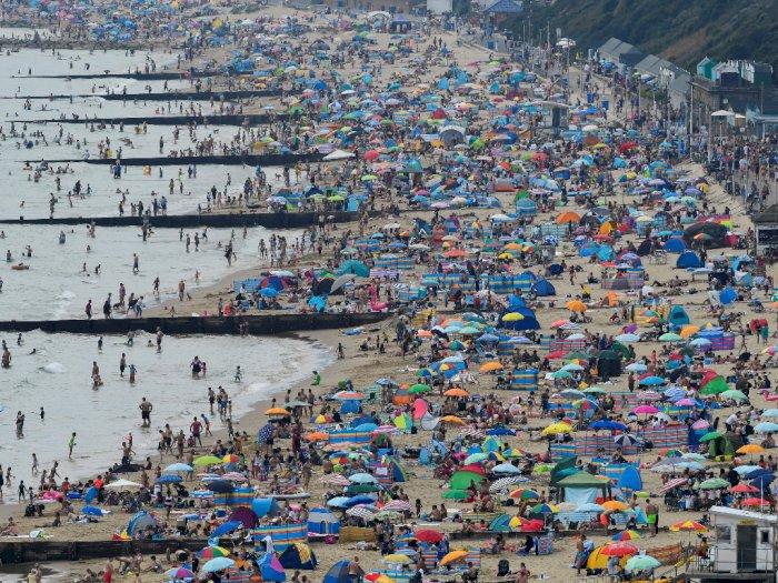 FOTO: Wisatawan Saat Bersantai di Pantai Bournemouth Inggris Disaat Pandemi Covid-19