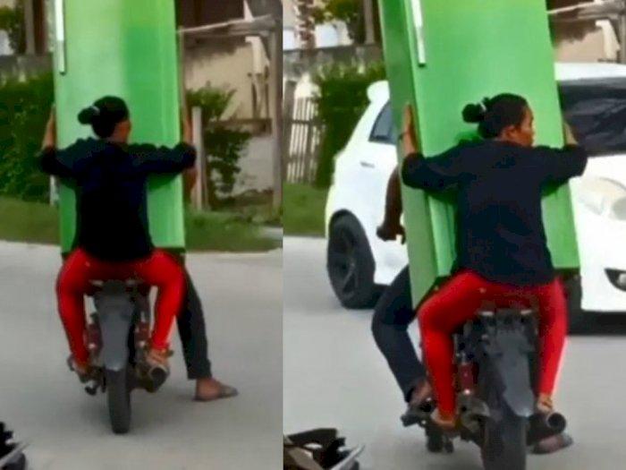 Video Emak-emak Bawa Kulkas Naik Sepeda Motor, Begini Ujungnya