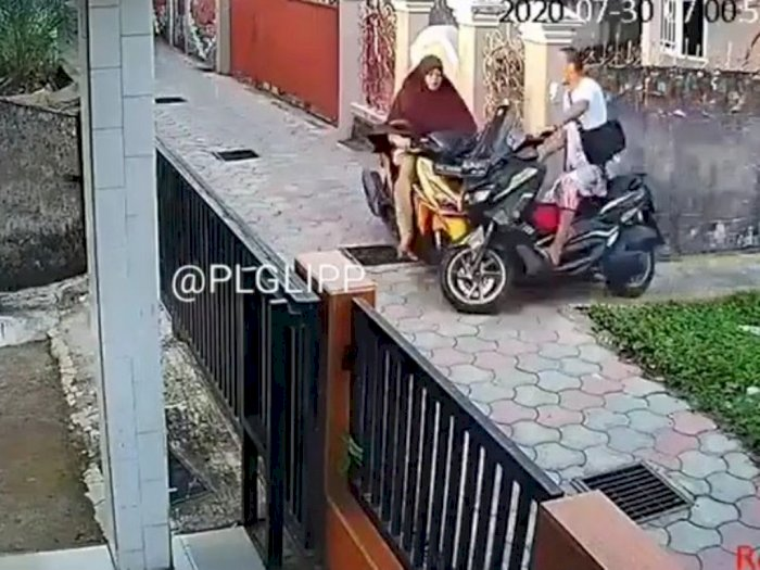 Viral Video Emak-emak vs Bapak-bapak Tabrakan di Gang Sempit, Netizen Malah Ketawa