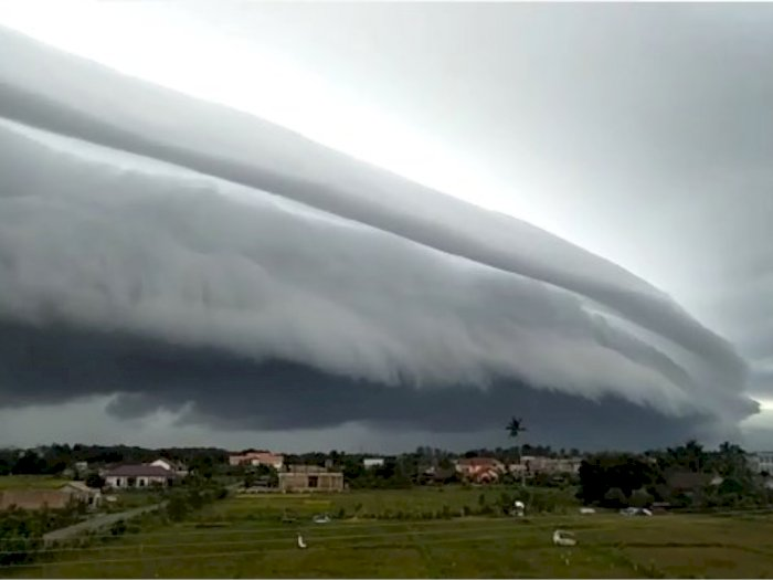 Fenomena Awan Badai Seperti Tsunami Raksasa di Meulaboh Aceh Pagi Ini, Warga Berdoa