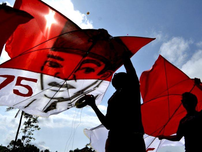 FOTO: Warga Menerbangkan Layang-layang Bernuansa Kemerdekaan