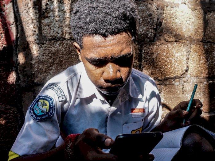 FOTO: Pelajar di Papua Wajib Berseragam Sekolah Saat Belajar Daring
