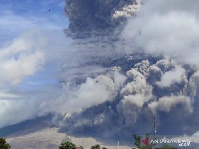 Gunung Sinabung Kembali Erupsi, Tinggi Kolom Abun Vulkanik Capai 7.460 Mdpl