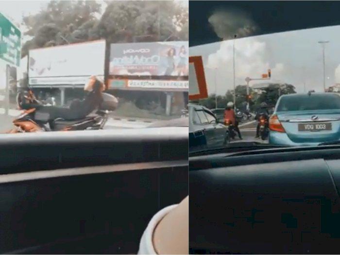 Lelah Tunggu Lampu Merah 199 Detik, Pria Ini Sampai Tiduran di Motor
