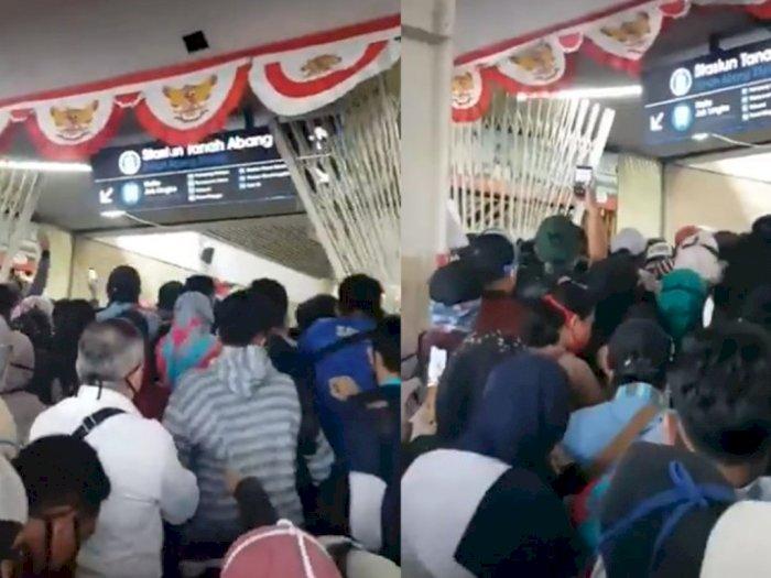 Viral Calon Penumpang KRL Membludak, Terobos Stasiun Tanah Abang hingga Pagar Rusak