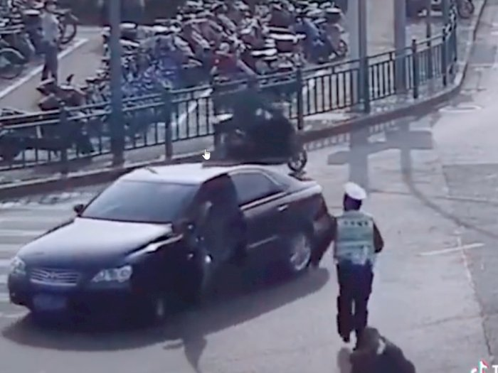 Pengemudi Jatuh Keluar saat Mobil Melaju, Polisi ini Kejar dan Berusaha Hentikan