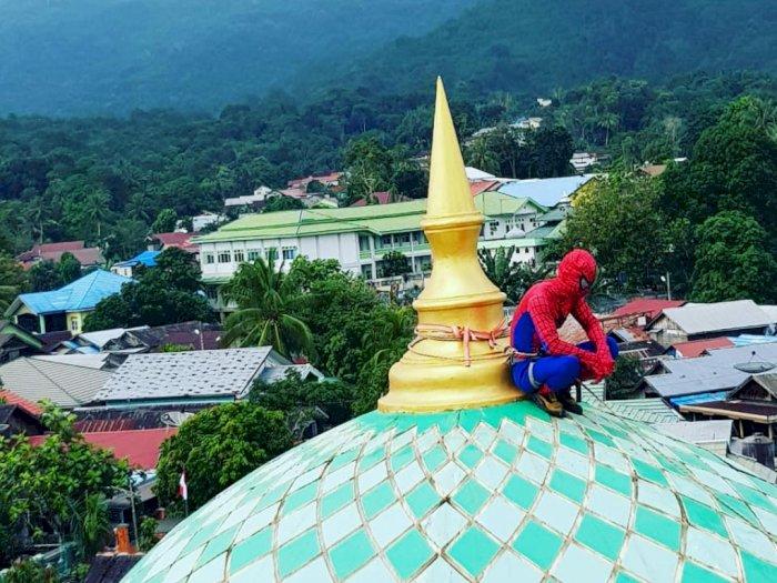 Heboh 'Spiderman' di Puncak Kubah Masjid jadi Tontonan Warga, Ternyata Sedang Lakukan ini!