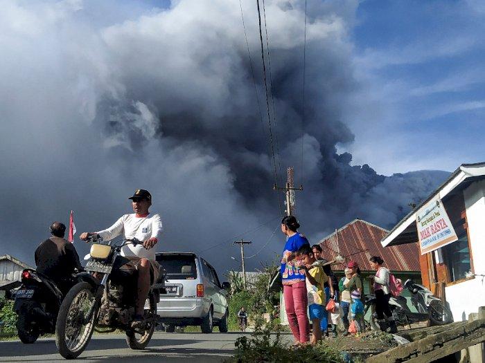 Sinabung Kembali Erupsi Untuk Keempat Kali, Ketinggian Abu Vulkanik Capai 2000 Meter