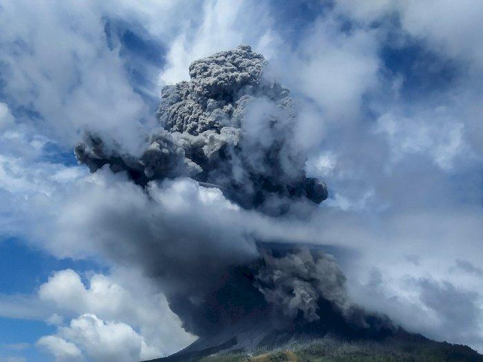 FOTO: Potret Gunung Sinabung yang Erupsi Sebanyak 3 Kali pada Kamis 13 Agustus 2020