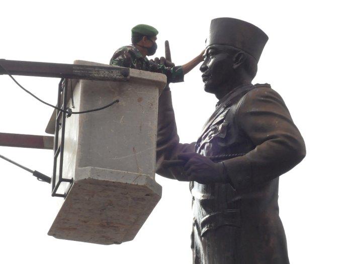 FOTO: Membersihkan Patung Pahlawan Menyambut HUT RI ke-75