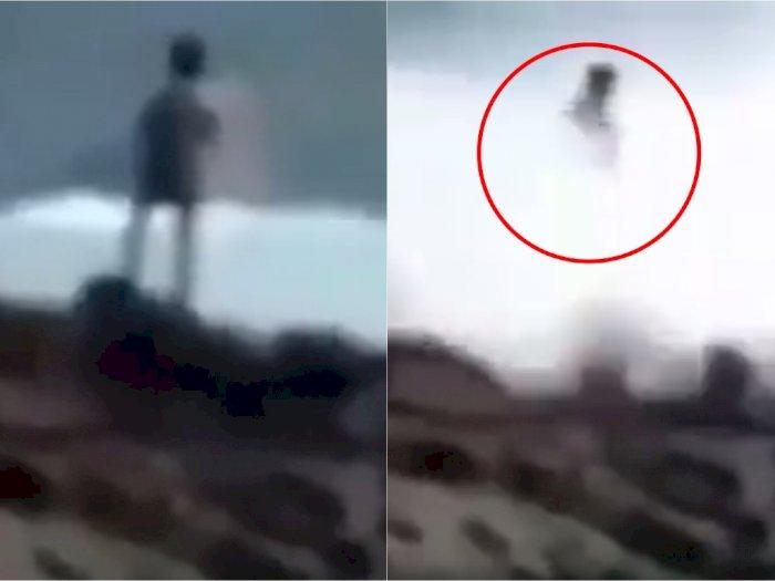 Detik-detik Seorang Pria Hilang Dihempas Ombak di Depan Anak Istri saat Asyik Memancing