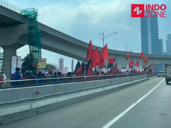 Demo Buruh di Dekat DPR, Lalu Lintas Gatot Subroto Macet