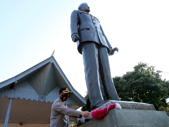FOTO: Pembersihan Makam Presiden Soekarno dan Museum Istana Gebang