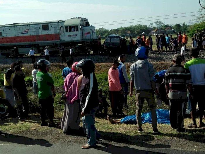 Nekat Nyebrang Rel, Mobil Panther Habis Digilas Kereta Api di Kediri, Korban Satu Keluarga