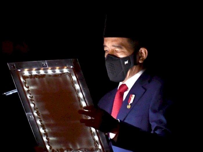 Kenang Jasa Pahlawan, Jokowi Pimpin Apel Dini Hari di TMP Kalibata
