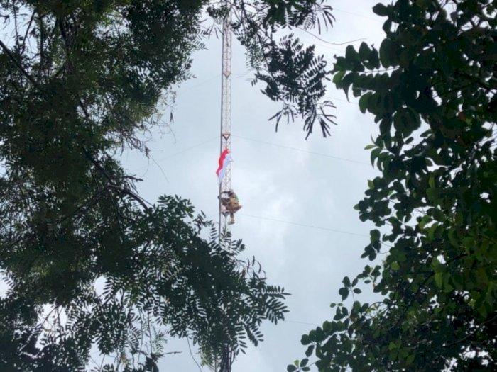 Warga Pulau Belakang Padang Panjat Menara Radio Kibarkan Bendera Merah Putih