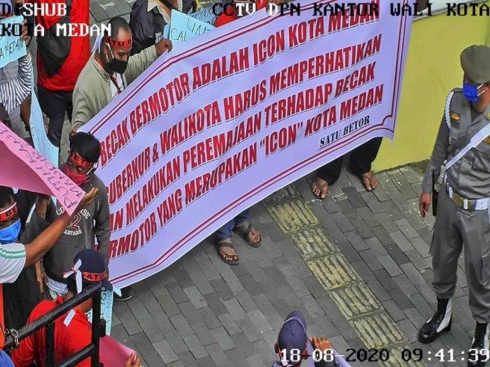 Penarik Betor Unjuk Rasa di Depan DPRD Sumut, Ini Tuntutan Mereka