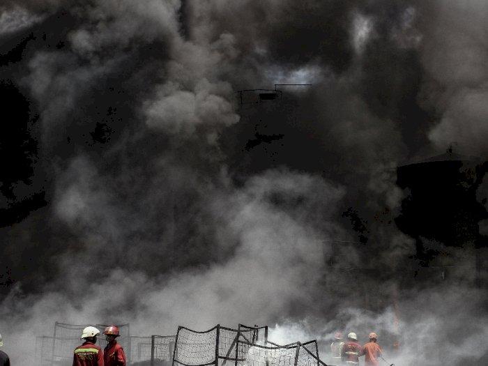 FOTO: Pabrik Pengolahan Ban Bekas di Pekanbaru Terbakar