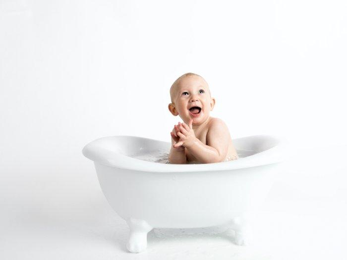 4 Hal Ini Sebaiknya Jangan Pernah Dilakukan saat Memandikan Bayi