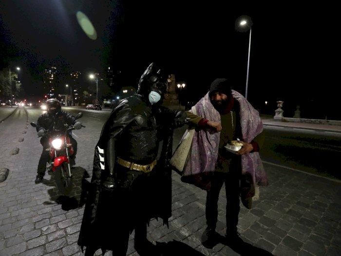 Salut! Pria ini Kenakan Costum Batman dan Bagikan Makanan ke Para Tunawisma di Jalanan
