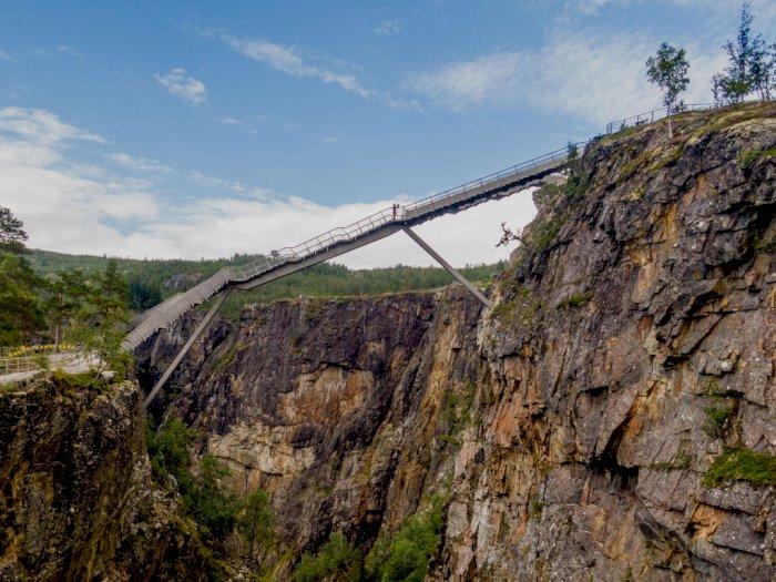 Jembatan Baru di Norwegia Ini Dibangun di Atas Air Terjun, Dramatis Abis!