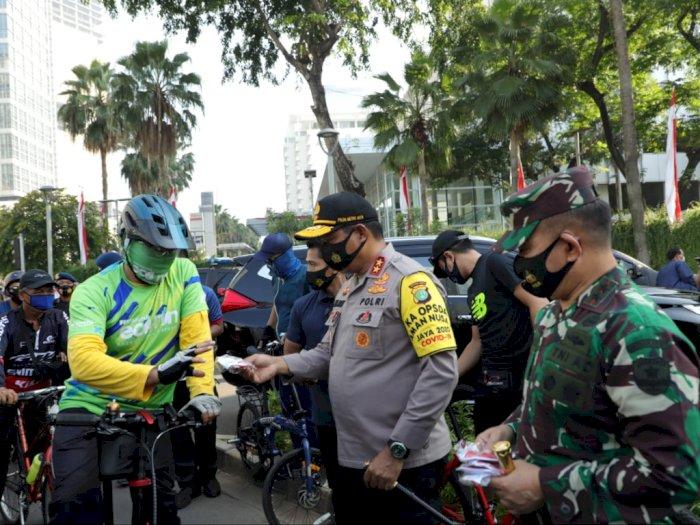 Kodam Jaya dan Polda Metro Bagikan Ribuan Masker di CFD Jakarta Pagi Tadi