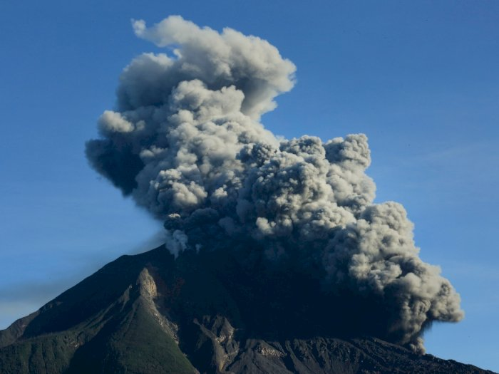 FOTO: Gunung Sinabung Kembali Erupsi pada Minggu Pagi