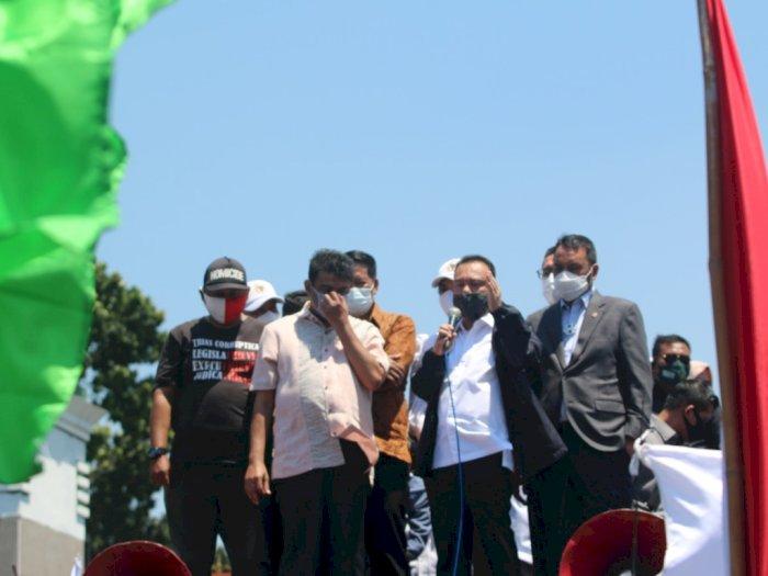 Naik Mobil Orasi, Pimpinan DPR Temui Massa Buruh yang Demo Omnibus Law