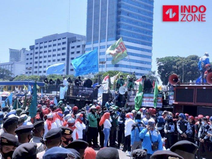 Tolak Omnibus Law, Massa Buruh Padati Depan Gedung DPR