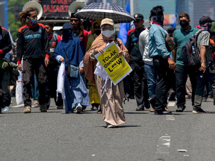 FOTO: Unjuk Rasa Tolak Omnibus Law di Jakarta