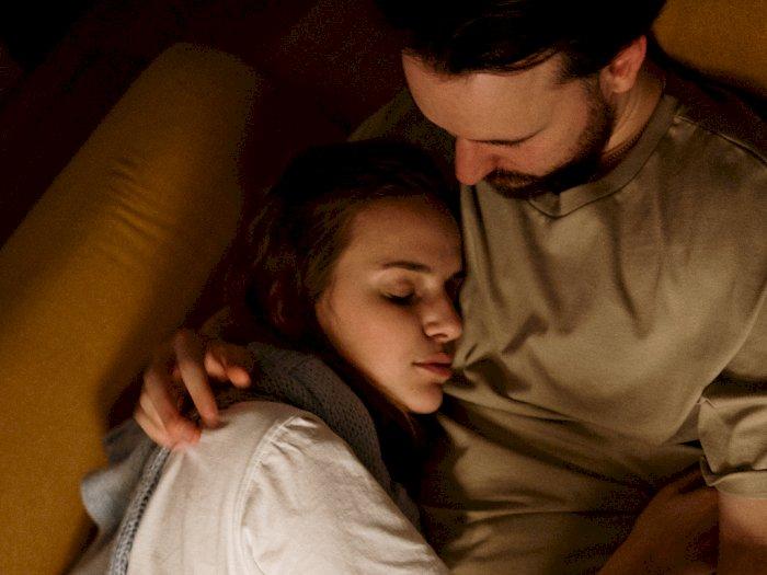 Gaya Pelukan Pasangan Saat Tidur Mengartikan Hubungan yang Kamu Jalani
