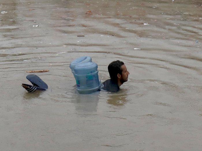 FOTO: Jalan dan Mobil-mobil Tenggelam Karena Hujan di Pakistan