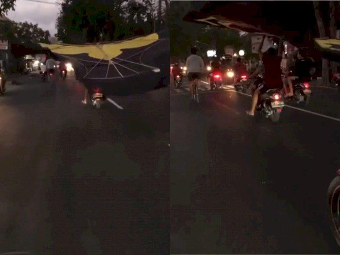 Pria ini Nekat Bawa Layangan Raksasa Pakai Sepeda Motor, Bikin Pengendara Lain Terganggu