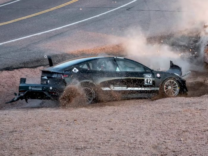 Detik-Detik Mobil Tesla Model 3 Alami Kecelakaan di Pikes Peak!