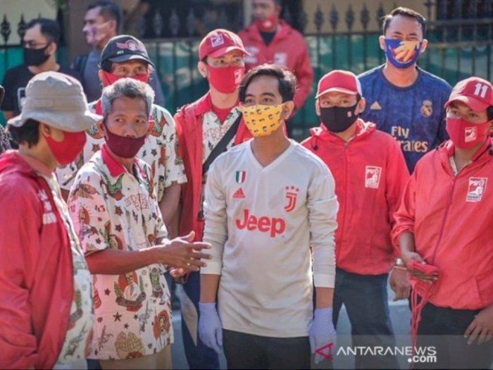Gibran Putra Jokowi Mulai Cari Perhatian Warga Solo, Bagi-bagi Masker Pakai Baju Juventus