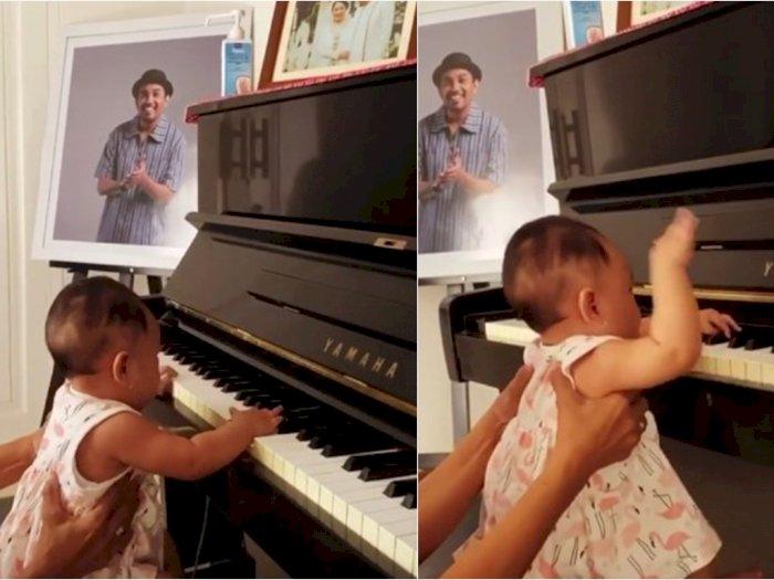 Potret Lucu Anak Mutia Ayu Main Piano di Samping Foto Mendiang Glenn Fredly