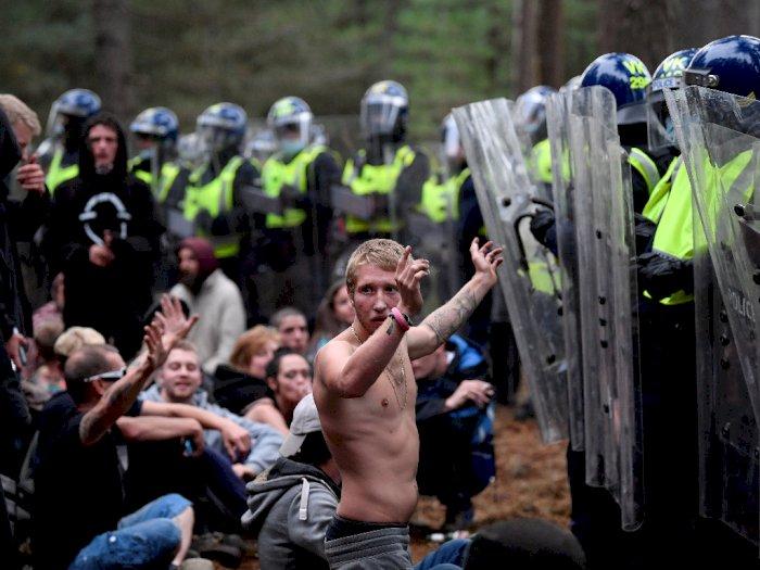 FOTO: Polisi Membubarkan Pesta Ilegal di Hutan Inggris